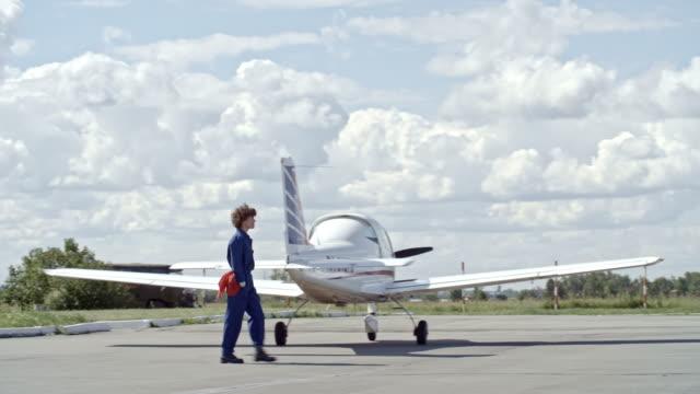 kvinnliga flygplan tekniker gå på aerodrome - pilot bildbanksvideor och videomaterial från bakom kulisserna