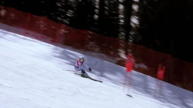 ts kvinnlig alpin skidåkare tävlar i storslalomlopp - vintersport bildbanksvideor och videomaterial från bakom kulisserna
