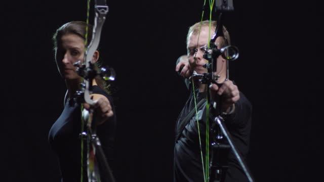 vidéos et rushes de archers féminins et masculins arcs de tir - tir à l'arc