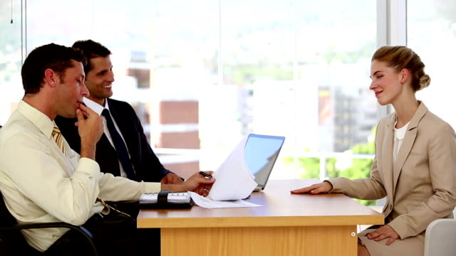 stockvideo's en b-roll-footage met female applicant during job interview - overhemd en stropdas