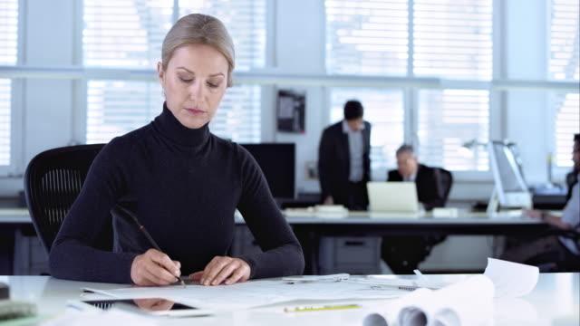 DS Femme architecte dessin le design sur papier de bureau - Vidéo