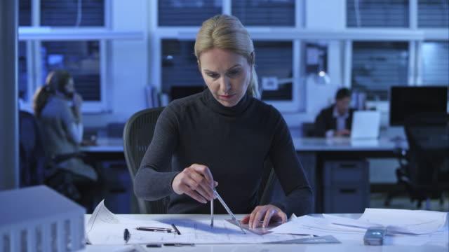 DS feminino arquiteto fazer alterações na planta do andar - vídeo