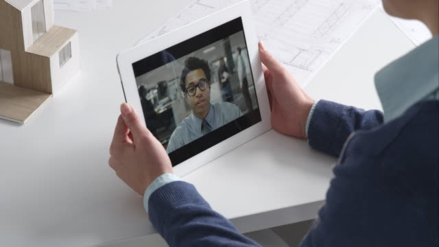 architetto femmina su video di chiamare con il dipendente - videoconferenza video stock e b–roll