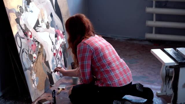 スタジオで絵を描いている女性アーティスト ビデオ