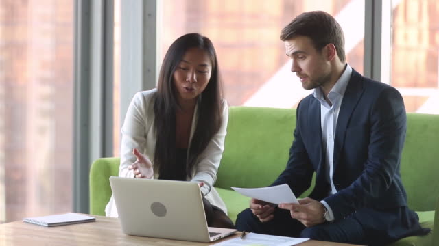 vídeos de stock, filmes e b-roll de corretor asiático fêmea do gerente que consulta o cliente masculino caucasiano com portátil - assistente jurídico