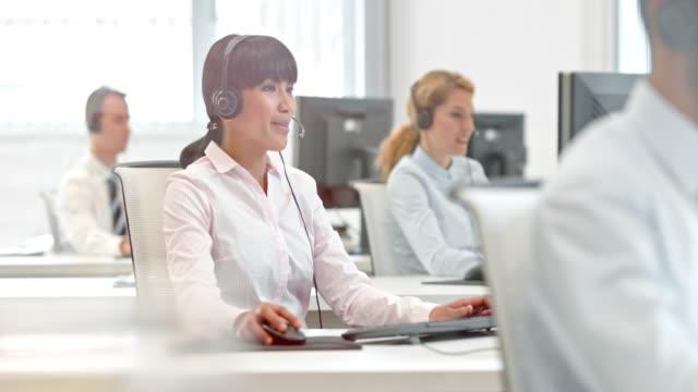 DS Mulher asiática telefonista trabalhando em sua mesa - vídeo