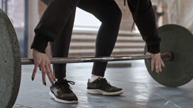 逆にグリップ バーベル カールを行う女性アスリート - 重い点の映像素材/bロール