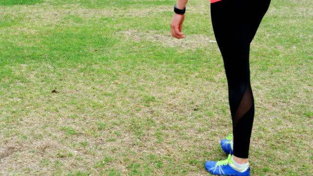 Sportlerin praktizierender Speerwurf 4k – Video