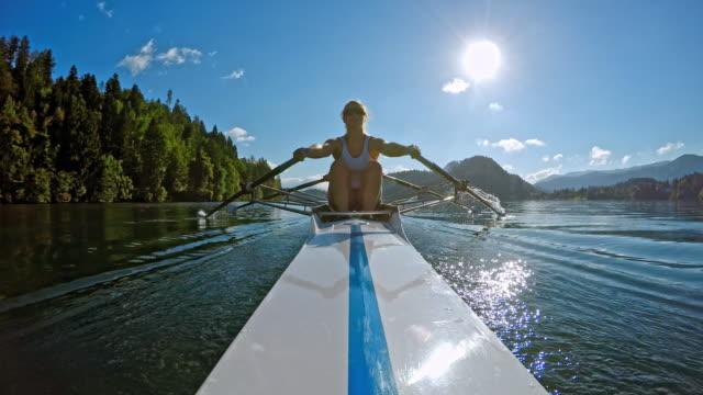 二重スカルで湖を渡って一気POV女性アスリート ビデオ