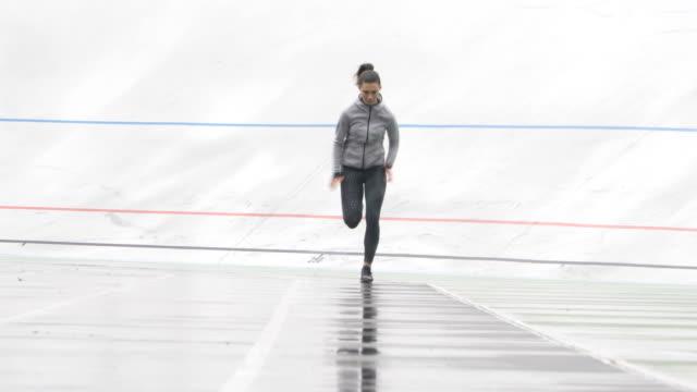 Sportlerin sprinten vor Kamera auf einem geführten Weg laufen sportliche verfolgen – Video