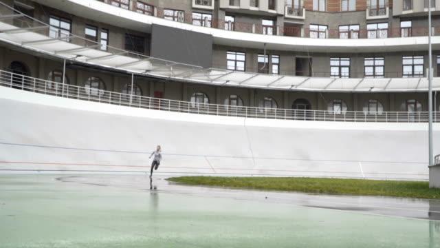 Sportlerin sprinten in einer Runde laufen weg sportlich zu verfolgen. 120fps – Video