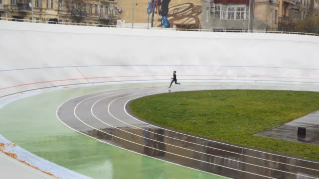 Sportlerin sprinten in einer Runde laufen weg sportlich zu verfolgen. Ziel erreichen Konzept – Video