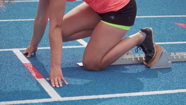 トラックとフィールドの女性競技者 - 陸上競技点の映像素材/bロール