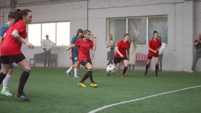 weibliche athleten, die penalty shot und spielen fußball - strafstoß oder strafwurf stock-videos und b-roll-filmmaterial