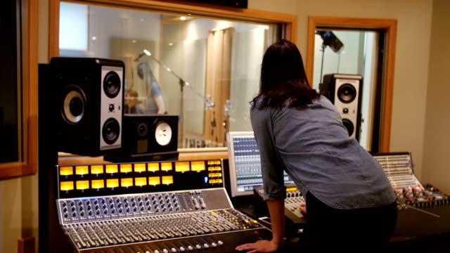 audio-ingenieurin mit sound-mixer - aufnahmegerät stock-videos und b-roll-filmmaterial