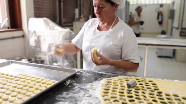 vídeos y material grabado en eventos de stock de panadero femenina en el trabajo - galleta dulces