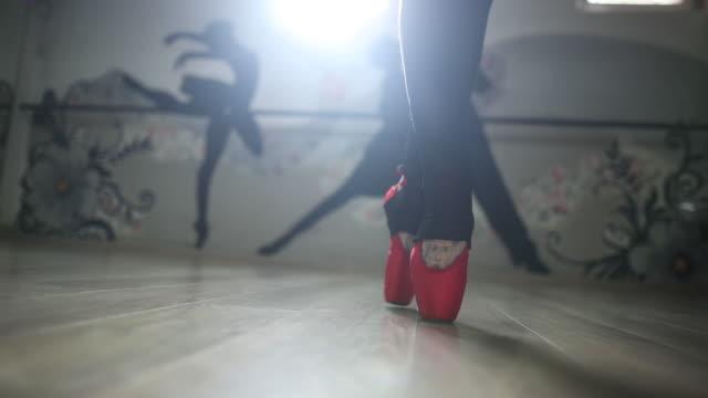 kvinnliga balett dansare sv pointe, närbild - på tå bildbanksvideor och videomaterial från bakom kulisserna