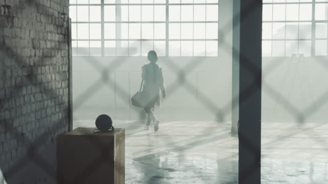 Bailarina de ballet femenino caminando en estudio de danza - vídeo