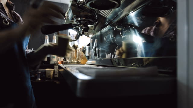 weibliche zubereitung von espresso barista - barista stock-videos und b-roll-filmmaterial