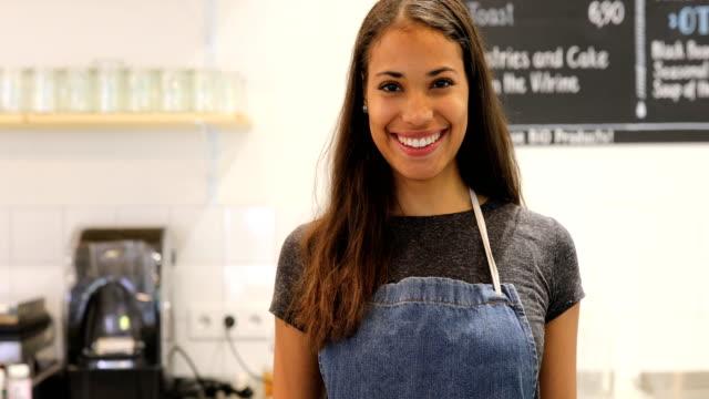 weibliche barista lächelnd am schalter im café - barista stock-videos und b-roll-filmmaterial