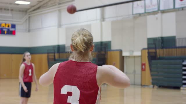 vidéos et rushes de joueur de basket féminin attraper et passer la balle - 18 19 ans