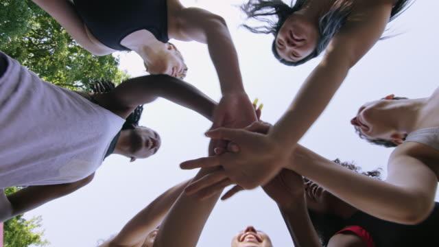 女籃球運動員用雙手對天空堆疊 - 一起 個影片檔及 b 捲影像