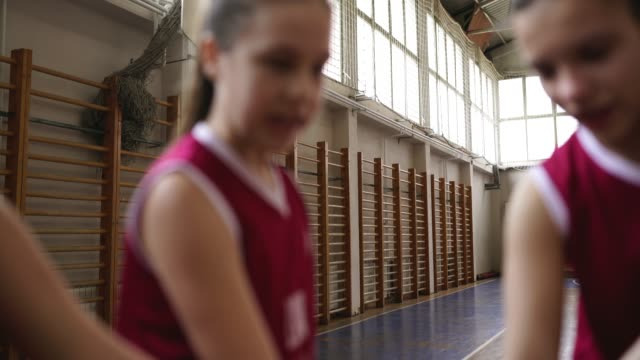 basketballspieler stapeln hände - highschool sport stock-videos und b-roll-filmmaterial