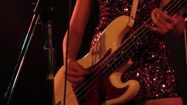 vídeos de stock, filmes e b-roll de feminino bass guitarrista. - músico pop
