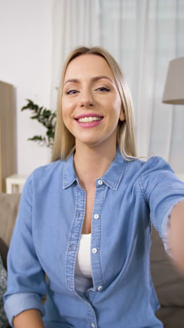 weibliche bloggerin nimmt video-blog zu hause auf - selfie stock-videos und b-roll-filmmaterial