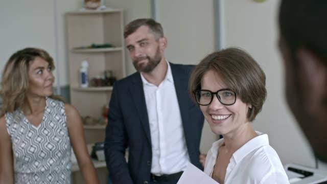 female boss listening to suggestions - coinvolgimento dei dipendenti video stock e b–roll