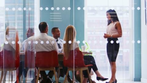 kadın patron iş toplantı arkadaşları adresleme standları - dişiler stok videoları ve detay görüntü çekimi