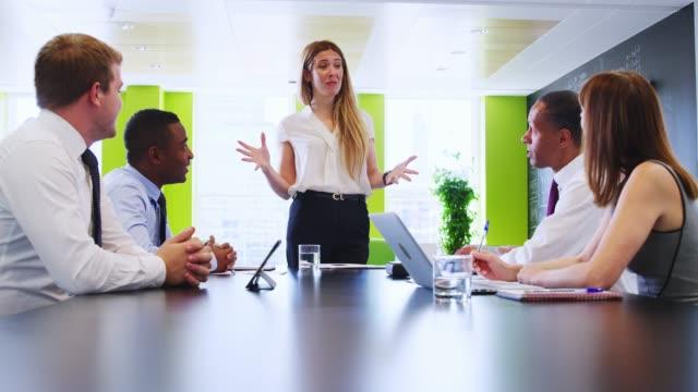 女性の上司は非公式会議でビジネス部門の同僚に話しかける - 対面点の映像素材/bロール