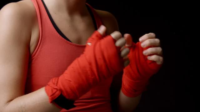 Boxeadora comprobar sus puños envueltos, primer tiro - vídeo
