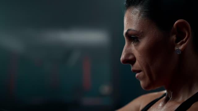 vidéos et rushes de boxeur féminin est d'avoir un repos après l'entraînement intensif - courage