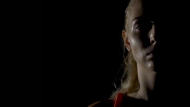 vídeos de stock, filmes e b-roll de cara do boxer feminino olhar confiante, zoom - autodefesa