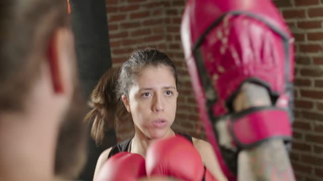 female boxer pad training - sparring allenamento video stock e b–roll