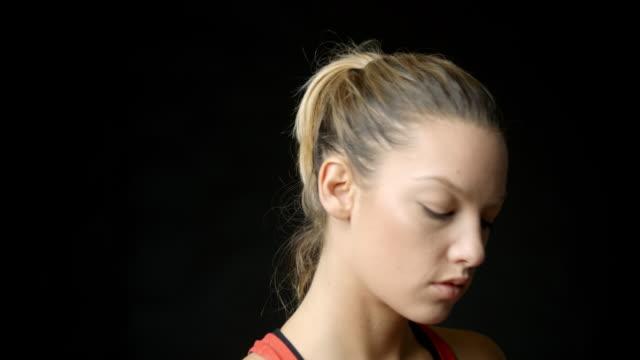 Boxeadora, preparación para tiro de entrenamiento, cabeza y hombros - vídeo