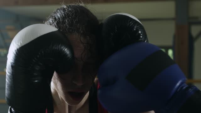 Boxeadora, protección de la cabeza en el ring de boxeo - vídeo