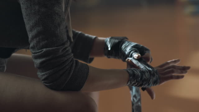 boxer femmina mano da regalo con nastro - avvolto video stock e b–roll