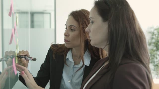 vídeos y material grabado en eventos de stock de mujeres colegas de negocios que usan trajes - pegajoso
