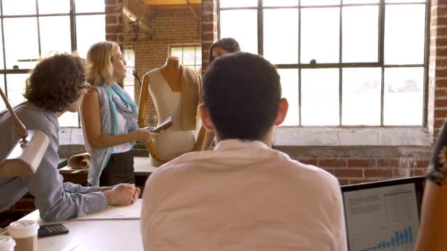 vidéos et rushes de propriétaire de l'entreprise féminine donnant la présentation à ses employés lors du démarrage - mode bureau