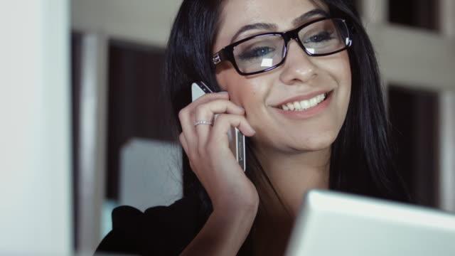 weibliche business-frau am telefon - geduld stock-videos und b-roll-filmmaterial