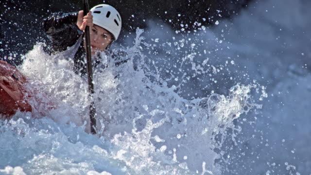 slo mo kanute kämpft auf einem slalomkurs gegen das wildwasser - kanu stock-videos und b-roll-filmmaterial