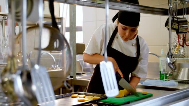 vídeos de stock e filmes b-roll de female chef working in kitchen 4k - avental