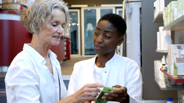 weiblichen chemiker beauty-produkt, frau zu erklären - kosmetik stock-videos und b-roll-filmmaterial