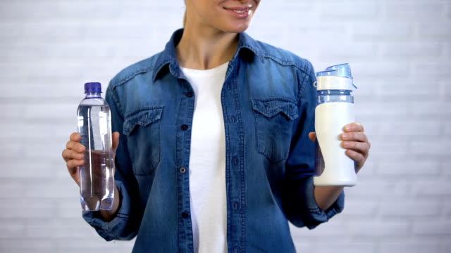 kvinna väljer återanvändbara termos istället disponibel flaska, plast föroreningar - flaska bildbanksvideor och videomaterial från bakom kulisserna