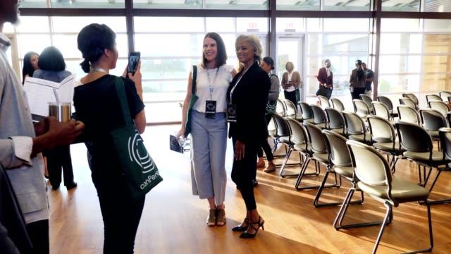 vídeos y material grabado en eventos de stock de las colegas femeninas toman foto durante una conferencia de negocios - zoom meeting