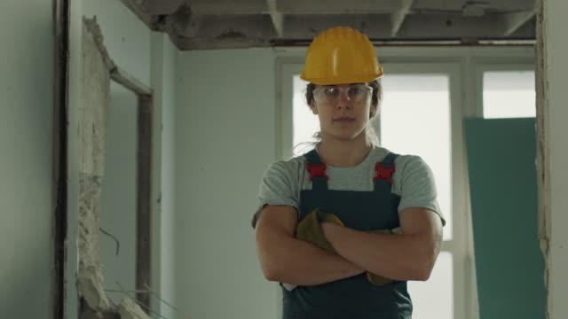 vidéos et rushes de travailleuse de construction - hlm