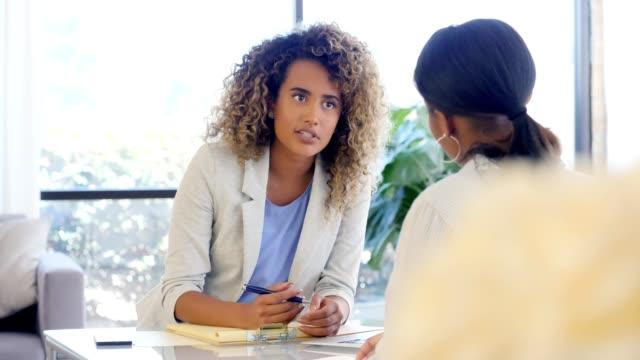 vidéos et rushes de conseiller femelle discute des progrès du client - expliquer