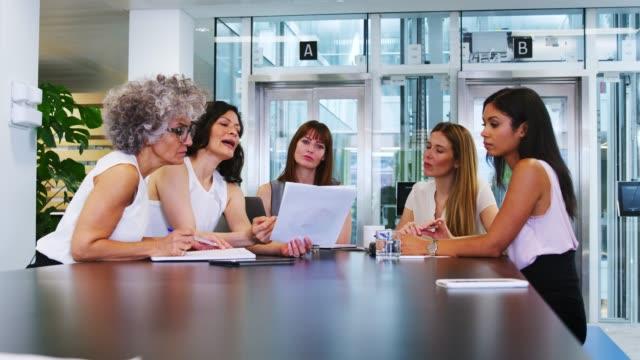 女性の同僚は、ビジネス会議で戦略を議論します。 - 対面点の映像素材/bロール